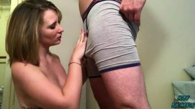 בלונדינית כוסית עושה גרון עמוק - סרטי סקס