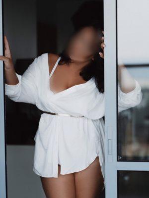 בחורה מהאגדות מארחת - דירות דיסקרטיות בחיפה